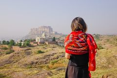 Junge indische Frauenstellung auf dem Hügel lizenzfreies stockbild