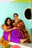 Junge indische Mutter und Tochter im Saree Stockfotos