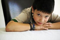 Junge infront der Tabelle lizenzfreie stockbilder