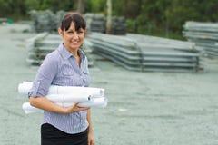 Junge Ingenieurfrau, die das Yard überwacht Stockbilder