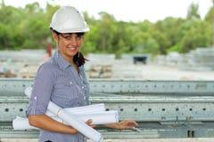 Junge Ingenieurfrau im Lager Stockfotos