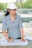 Junge Ingenieurfrau schaut beiseite Stockfotos