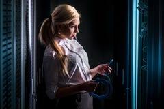 Junge Ingenieurgeschäftsfrau im Netzwerk-Server-Raum Stockfotografie