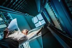 Junge Ingenieurgeschäftsfrau im Netzwerk-Server-Raum Stockbilder