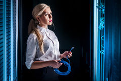 Junge Ingenieurgeschäftsfrau im Netzwerk-Server-Raum Stockfoto