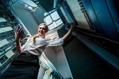 Junge Ingenieurgeschäftsfrau im Serverraum Stockbild