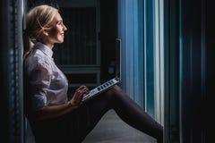 Junge Ingenieurgeschäftsfrau im Serverraum Lizenzfreie Stockbilder