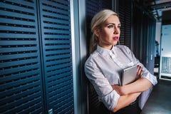 Junge Ingenieurgeschäftsfrau im Serverraum Lizenzfreie Stockfotografie