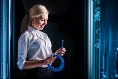 Junge Ingenieurgeschäftsfrau im Serverraum Lizenzfreies Stockbild