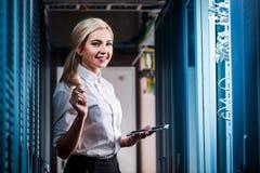 Junge Ingenieurgeschäftsfrau im Serverraum Stockfotografie