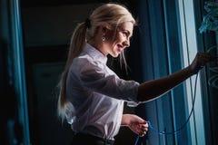Junge Ingenieurgeschäftsfrau im Serverraum Lizenzfreies Stockfoto