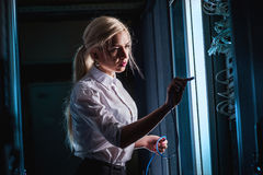 Junge Ingenieurgeschäftsfrau im Serverraum Lizenzfreie Stockfotos