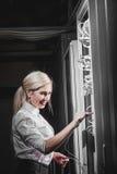 Junge Ingenieurgeschäftsfrau im Serverraum Stockfotos