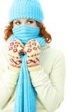Junge Ingwerfrau, die warme Winterkleidung trägt Lizenzfreie Stockbilder