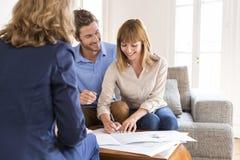 Junge Inhaber verbinden das Unterzeichnen eines Vertrages für Haus-Investition Lizenzfreies Stockbild