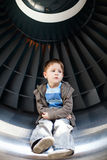 Junge innerhalb der Turbine lizenzfreie stockfotos