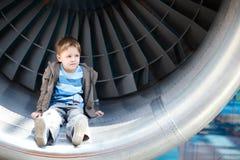 Junge innerhalb der Turbine stockbilder