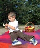 Junge isst Frucht Stockbild