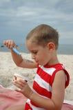 Junge isst Käse Lizenzfreies Stockbild