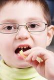 Junge isst Kartoffel Lizenzfreie Stockfotografie
