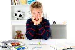 Junge ist nicht mit der Hausarbeit glücklich Lizenzfreie Stockfotos
