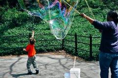 Junge jagt großen Ballon im Central Park lizenzfreies stockfoto