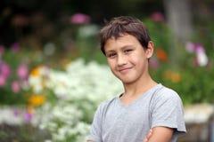 Junge 10 Jahre alt gegen Sommerblume Lizenzfreie Stockfotos