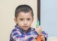 Junge 3 Jahre alt mit der Zählung von Stöcken Lizenzfreie Stockfotografie