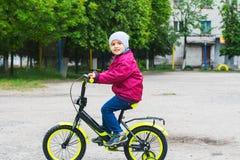 Junge 4 Jahre ein Fahrrad reiten Stockfotos