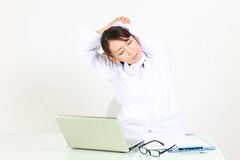 Junge japanische Ärztin nimmt ein rest  Stockbilder