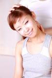 Junge japanische Frau, die Chiropraktik erhält Stockfoto