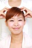 Junge japanische Frau, die ein Haupt-massage  erhält Stockbilder