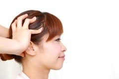Junge japanische Frau, die ein Haupt-massage  erhält Lizenzfreies Stockfoto
