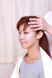 Junge japanische Frau, die ein Haupt-massage  erhält Lizenzfreies Stockbild