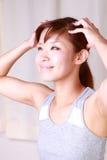 Junge japanische Frau, die ein Haupt-massage  erhält Stockfotos