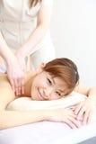 Junge japanische Frau, die eine Massage erhält Stockbilder