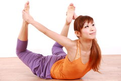 Junge japanische Frau, die YOGA-Bogenhaltung tut Lizenzfreies Stockbild