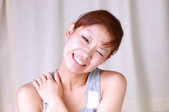 Junge japanische Frau leidet unter Genickstarre Stockbild