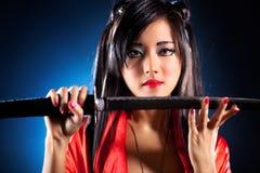 Junge japanische Frau mit Samuraiklinge Stockfotografie