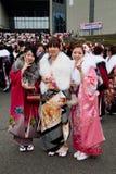 Junge japanische Frauen im Kimono auf dem Kommen des Alters Lizenzfreie Stockfotos