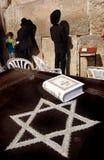 Junge Juden an der jammernden westlichen Wand Lizenzfreies Stockfoto