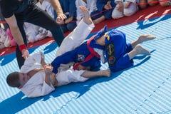 Junge Judoringkämpfer 8-10 Jahre auf der Demonstrationsleistung Stockfotos