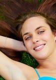 Junge Jugendfrau draußen Stockbild