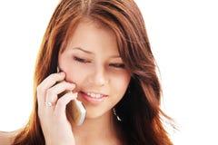 Junge Jugendliche, die an einem Telefon spricht lizenzfreie stockfotos