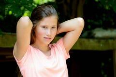 Junge Jugendliche im Park mit ruhigem Gesichtsausdruck lizenzfreies stockfoto