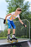 Junge Jugendlicherollschuhlaufen stockfotos