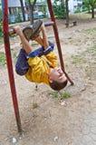 Junge Jungen-Übungen Lizenzfreie Stockfotos