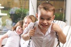 Junge Jungen-Haltungen mit Mamma und Schwester Lizenzfreies Stockbild