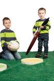 Junge Jungen mit enormem Pinsel, Farbpalette und Ei Stockbilder