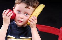 Junge Jungenholdingfrucht lizenzfreie stockfotografie